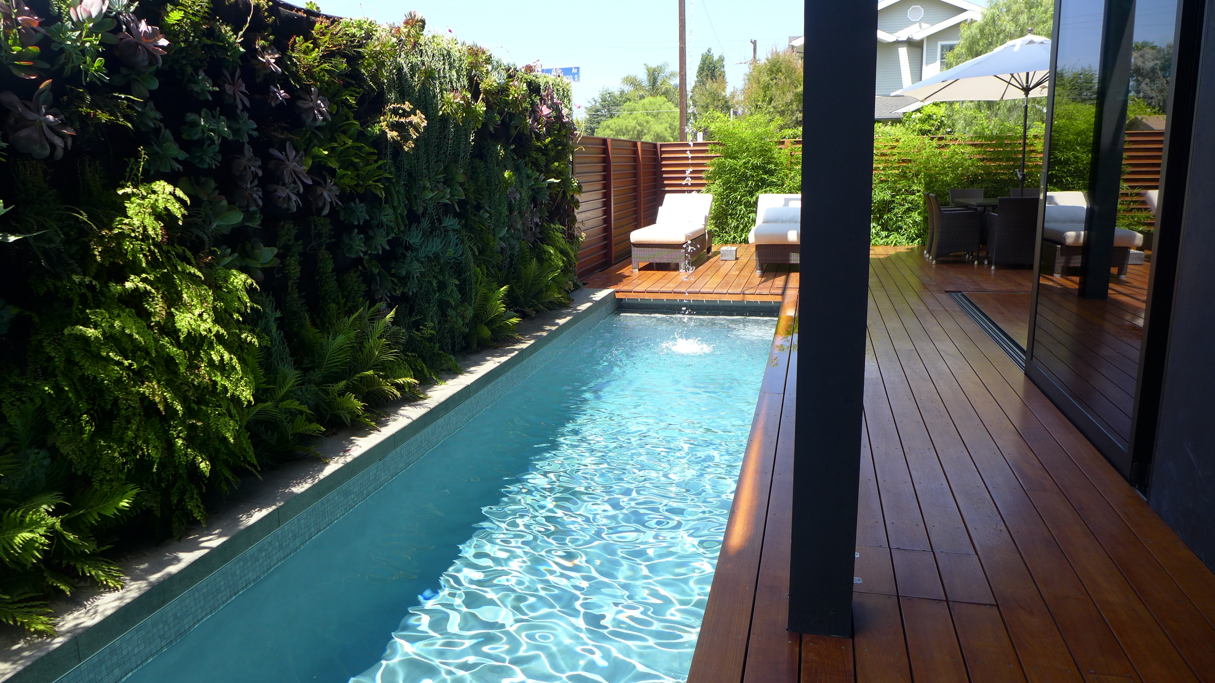 Ideas verdes para disfrutar arquitectura propiedades for Piscinas en patios muy pequenos